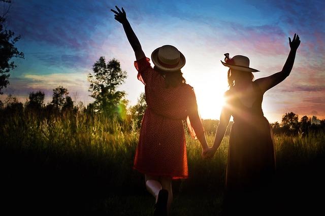 明るい未来に歩く女性